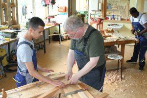 Aus Holzlatten entsteht ein Bogen